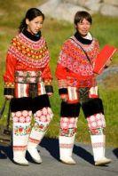 Местное  население. Две девушки-инуиты в национальных костюмах.