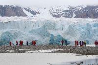 """Туристы подходят к знаменитому леднику """"14 июля"""""""