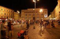 Пьяцца дель Пополо, в Пезаро вечером