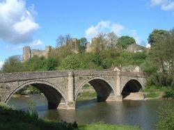 Мост  Dinham  Bridge и замок  Ludlow castle в г. Людлоу