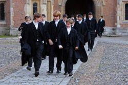 Ученики Итонского колледжа в традиционной форме
