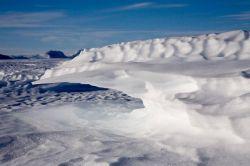 Сильные полярные ветра создают неповторимую  архитектуру Антарктики
