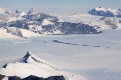 Вершины горного массива Эллсуорт с борта самолета