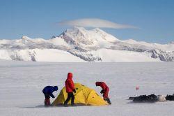 Установка полевого палаточного лагеря