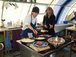 Шеф-повар лагеря готовит завтрак