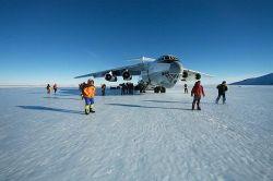 Самолет на взлетно-посадочной полосе лагеря Пэтриот-Хиллс