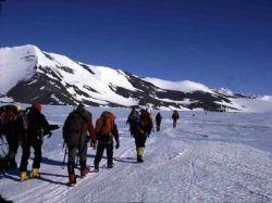 Поход по близлежащим горам в окрестностях лагеря