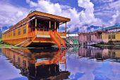 Плавучий отель на озере в Шринагаре
